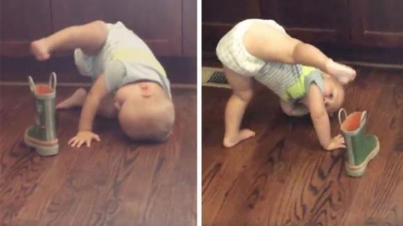 Il bimbo prova ad infilarsi lo stivale ed è disperato: nessuna angolazione è quella buona!