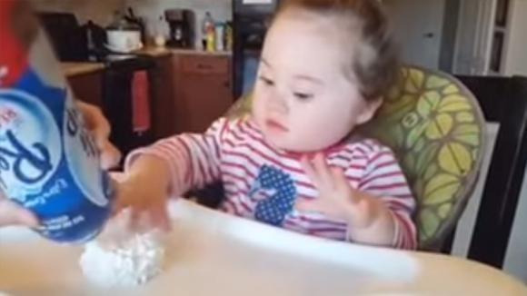 Non aveva mai provato la panna montata. Quando la assaggia ha una reazione davvero esilarante!