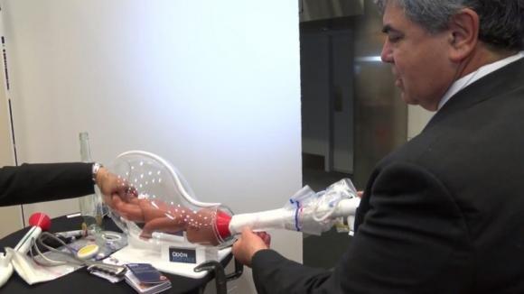 Un meccanico inventa un attrezzo salva vita che rimpiazza il forcipe. Ecco come funziona