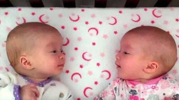 Due gemelle identiche si guardano in viso per la prima volta. La loro conversazione non ha prezzo!