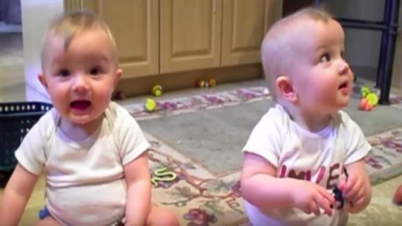 I gemelli giocano allegramente fino a quando il papà starnutisce. La reazione dei bambini è esilarante!