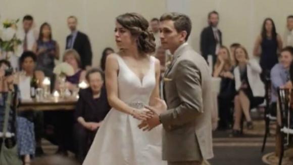 Questi novelli sposi iniziano a ballare. La loro esibizione sconvolge tutti gli invitati al banchetto