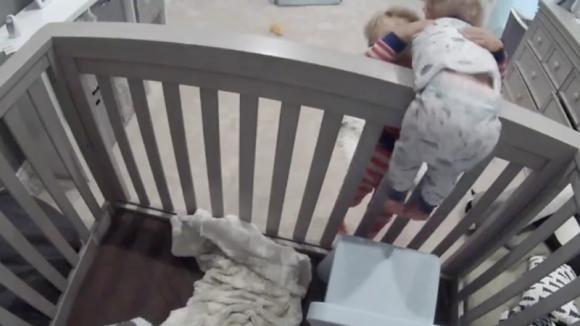 Un bimbo fa al fratellino qualcosa di inaccettabile. Quando i genitori scoprono tutto rabbrividiscono