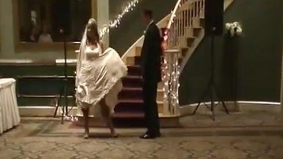 Parte la musica e la sposa inizia a ballare. Quello che accade è imbarazzante