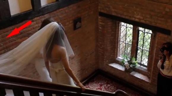 La sposa scende le scale. Poco dopo, dietro di lei, accade qualcosa di esilarante