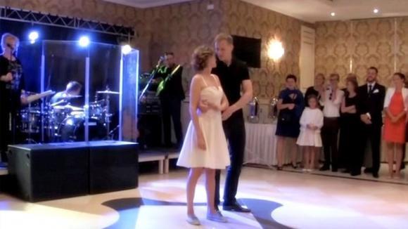 La sposa indossa le scarpe da ginnastica per ballare. Poi lo sposo fa qualcosa che stupisce tutti
