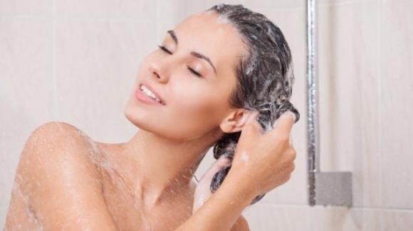 Un cucchiaio di zucchero nello shampoo: ecco lo scrub naturale che fa bene alla cute
