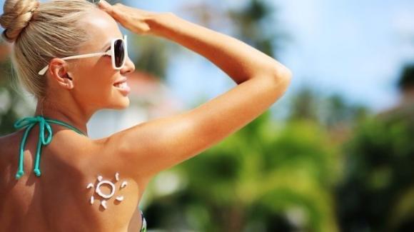 Come rimanere abbronzate più a lungo senza spellarsi