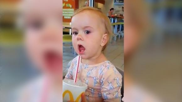 Questa bimba assaggia la Coca Cola per la prima volta. La sua reazione è davvero esilarante!