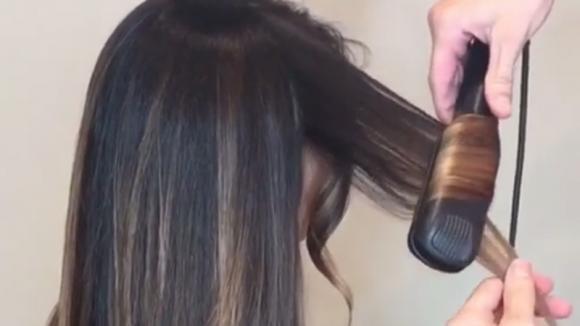 Arrotola una ciocca intorno alla piastra: ecco come realizzare dei capelli mossi perfetti