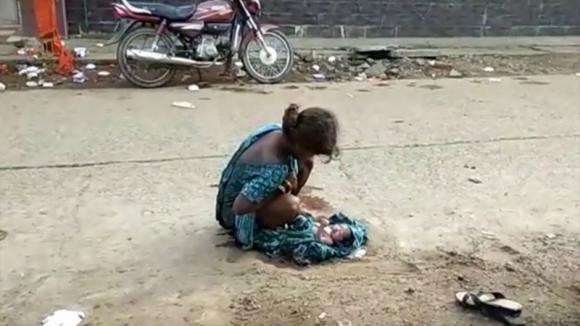 India: una 17enne abbandonata dalla famiglia è costretta a partorire per strada