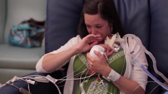Prende in braccio il suo bimbo per la prima volta. Quello che accade poco dopo è commovente!