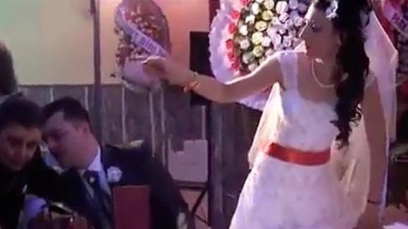 La sposa si alza e non vede cosa succede alle sue spalle. Poco dopo l'imbarazzo è incontenibile!