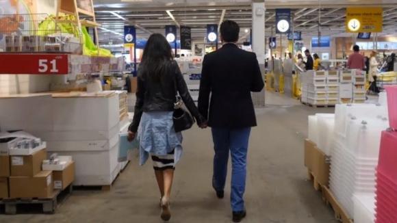 Passeggiano mano nella mano all'Ikea. Poco dopo qualcosa cambia per sempre la loro vita