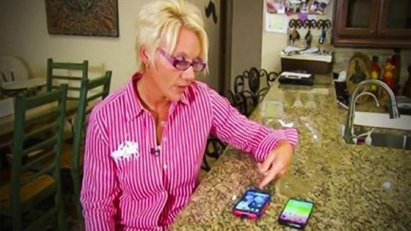 Non sopporta che il figlio non risponda mai alle sue telefonate. L'invenzione di questa mamma è geniale!
