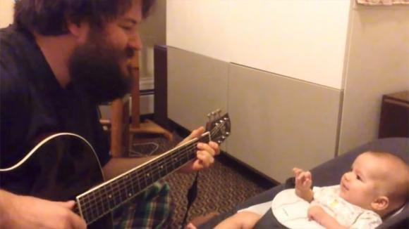 Il papà suona e canta una canzone. La reazione del bimbo vi toccherà il cuore!