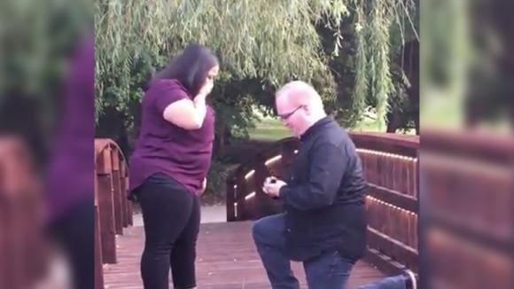 Sta per chiedere alla sua fidanzata di sposarlo. Quello che accade, però, trasforma tutto in un incubo!
