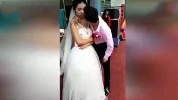 Lo sposo prova a baciare la moglie. La reazione della donna è davvero imbarazzante!