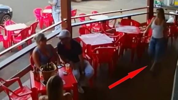 Scopre il marito al bar con un'altra donna. La sua reazione è davvero furiosa!