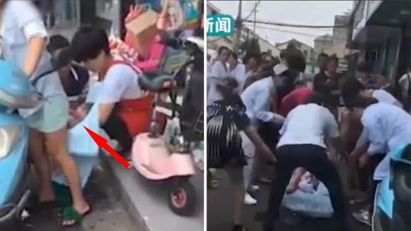 Donna accosta il motorino e partorisce il bimbo per strada: ecco il momento della nascita