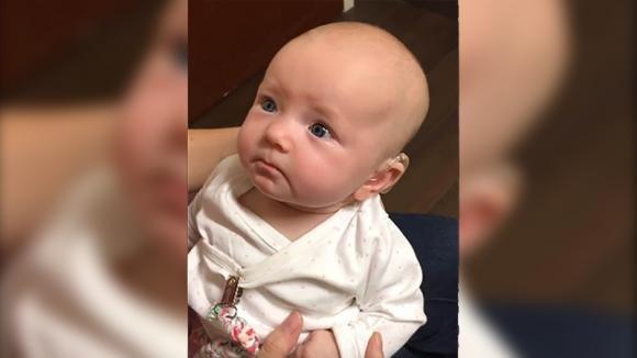 """Bimba sorda sente per la prima volta il """"Ti voglio bene"""" della sua mamma. La sua reazione è commovente!"""