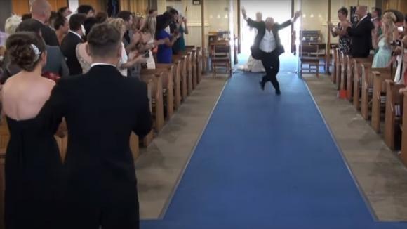 La sposa sta per entrare in chiesa, ma aspettate di vedere quello che fa suo padre