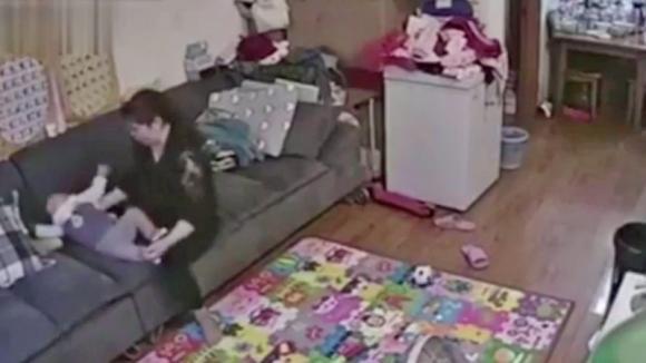 La telecamera incastra la tata che maltratta il neonato. La sua giustificazione vi farà rabbrividire!