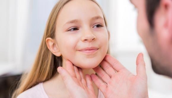 Tonsillite: sintomi, cause, cure naturali e cosa mangiare