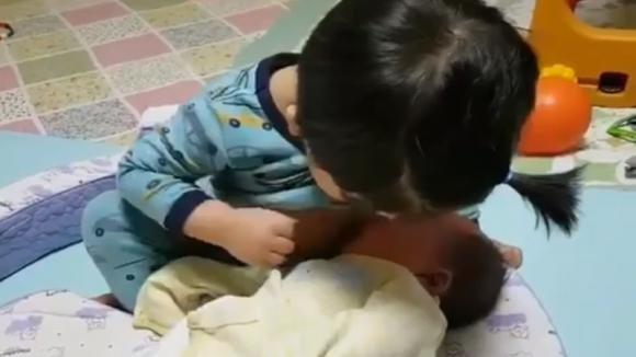 Vuole imitare la sua mamma. Ecco cosa fa questa bimba al suo fratellino
