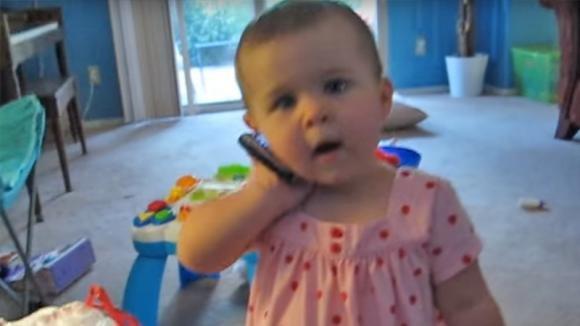 Il papà chiama e la bimba risponde al telefono: la loro conversazione è davvero singolare!
