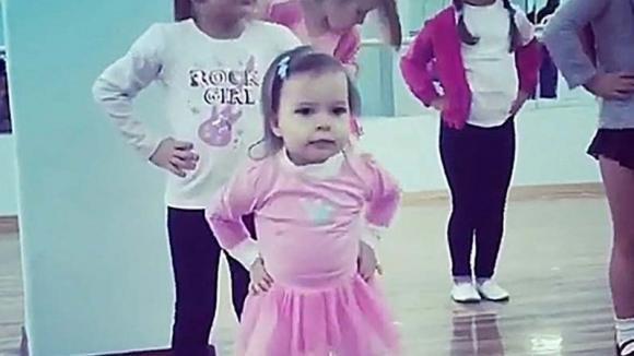 Queste bambine iniziano a ballare. La più piccola, quella con il tutù rosa, vi farà ridere di gusto!
