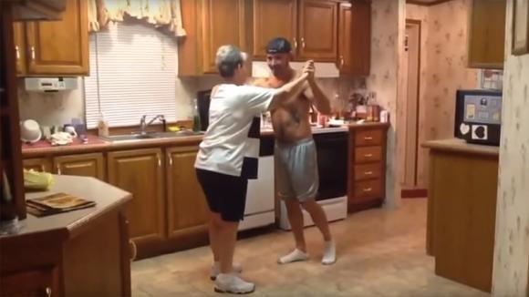 Prende suo figlio per mano ed iniziano a ballare. La loro esibizione è davvero coinvolgente!