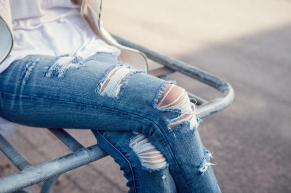 Come strappare i jeans per essere alla moda