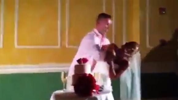 Gli sposi tagliano la torta ma l'uomo non gradisce lo scherzo. Quello che fa alla moglie è assurdo!