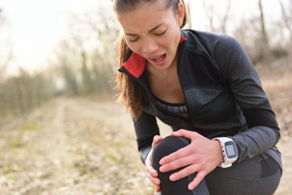 Dolore al ginocchio: cause principali, cure e rimedi naturali