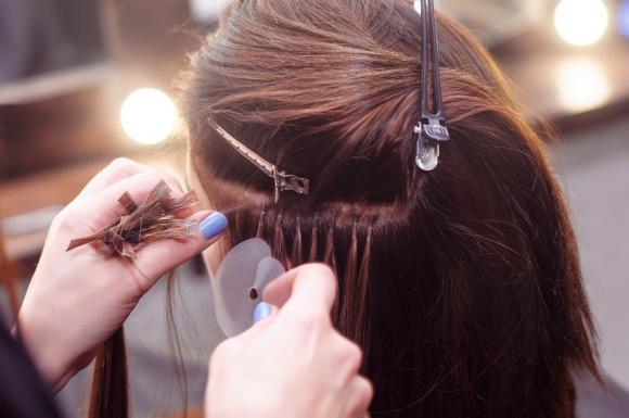 Come applicare le extension sui capelli corti