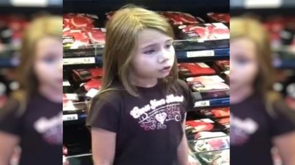 Sente una bimba cantare al supermercato e la riprende. Il suo video sta facendo il giro del mondo!