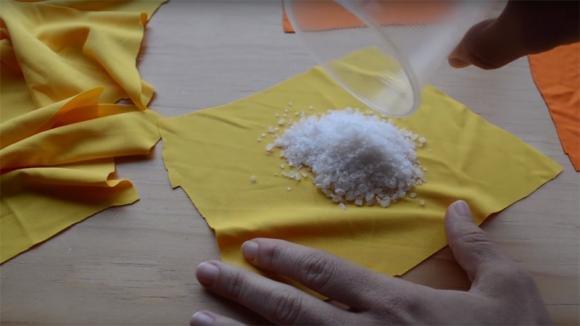 Riempi dei sacchetti con sale grosso o riso e posizionali nei cassetti o negli armadi: un trucco utilissimo