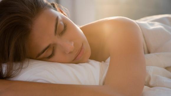 Tocca il palato con la lingua e respira profondamente: il trucco per addormentarti in 60 secondi