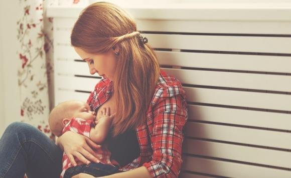 Capoparto: sintomi e cosa fare durante l'allattamento