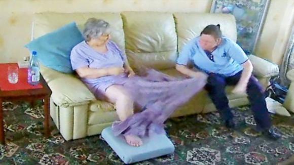 La badante viene colta in flagrante mentre abusa dell'anziana malata di Alzheimer
