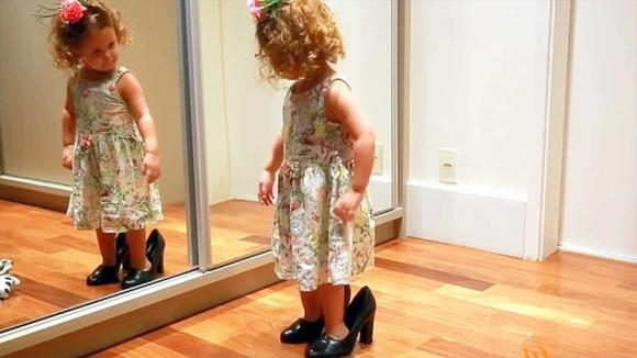 Si guarda allo specchio e poi inizia a ballare. L'esibizione di questa bimba vi ruberà il cuore!