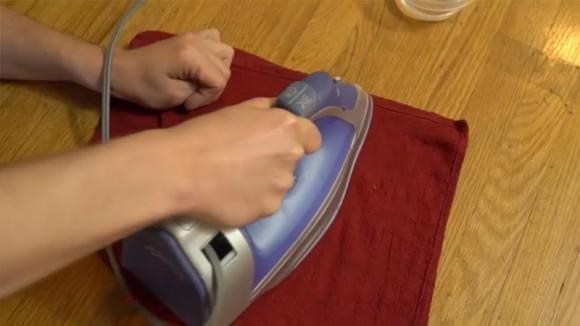Ecco come rimuovere un buco dal parquet: basta solo un ferro da stiro