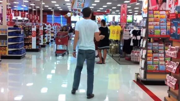 Un uomo va a fare shopping in un centro commerciale. Ad un certo punto tutti si fermano a guardarlo!