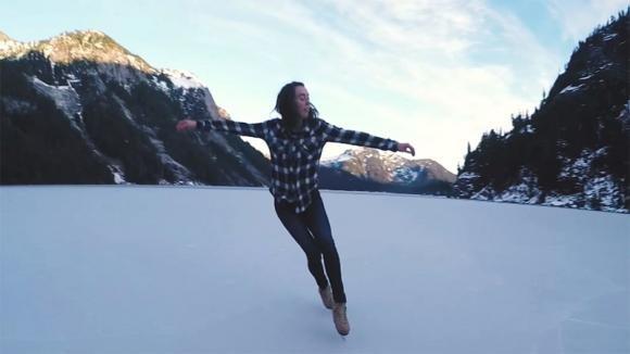 Inizia a pattinare su un lago ghiacciato. La sua esibizione è davvero stupenda!