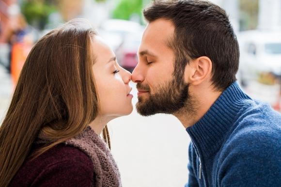 Linguaggio del corpo maschile: come capire se è davvero innamorato
