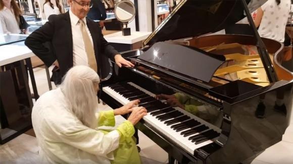 Un'anziana donna suona il pianoforte in un negozio: il suo talento è davvero emozionante!
