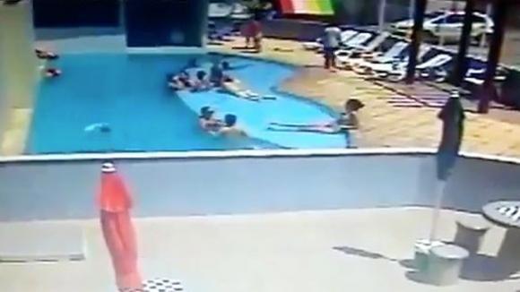 Un bambino sta annegando in piscina mentre gli adulti si rilassano: nessuno si accorge di lui