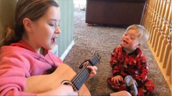 Ha la sindrome di Down e sa dire solo 12 parole. Quando canta con la sorella…inizia la magia!