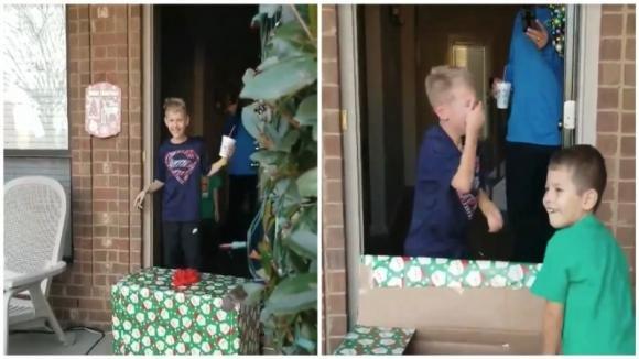 Trova un pacco di Natale davanti alla porta di casa: poi il bambino lo apre e scoppia a piangere